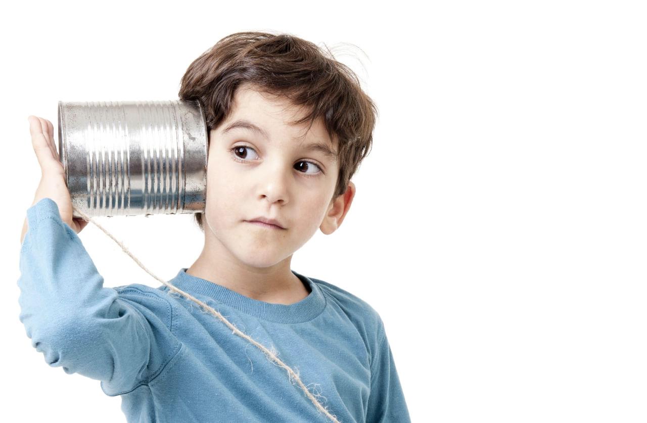 Nino al teléfono